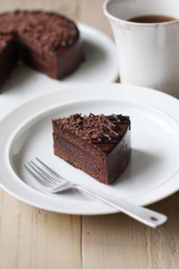 ガナッシュクリームとアプリコットジャムを挟み、ガナッシュクリームを塗って仕上げるデビルズケーキのレシピ。デコレーションにもチョコレートが使われているため、濃厚な風味でブラックコーヒーとの相性も抜群です。
