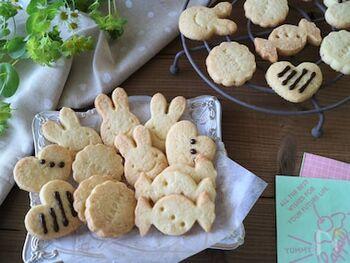 クッキー生地の基本的な材料  ・バター ・砂糖 ・卵 ・小麦粉 ・バニラエッセンス  レシピによってバターは「無塩バター」、卵は「卵黄のみ」の場合もあります。
