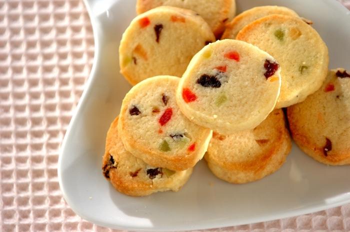 2種類以上生地を作って模様を作るのは難しい?いいえ、そんなことはありません。1種類の生地だけでもアンゼリカ、オレンジピール、ドレンチェリーなどを入れれば簡単にカラフルで可愛いクッキーが作れます。
