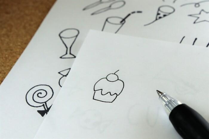 お手本を見て描くだけでもよいのですが、お手本の上に紙を置いて、なぞっていくようにすると、上達がはやくなります。何度か、お手本をなぞってみることで、どういうバランスで描くと可愛く見えるのか、だんだんわかるように。  トレースの方法は、お手本の上に白い紙を置いてなぞるほか、お手本をコピーするのもおすすめ。ボールペンなどでそのまま、なぞれます。おうちのプリンタでコピーするときは、すこし薄めにコピーすると、自分で描いた線が分かりやすくなりますよ。
