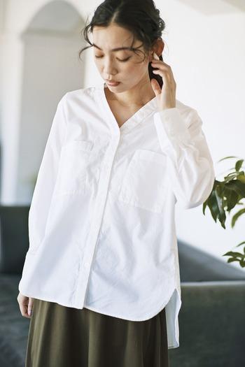 オックス生地を採用し、カジュアルな印象に仕上げたブラウスです。ノーカラーのVネックデザインが、大人女子にぴったりな抜け感を演出してくれます。後ろにギャザーが入っているため、裾に向かって広がるテントシルエットがトレンド感たっぷりな一着です。