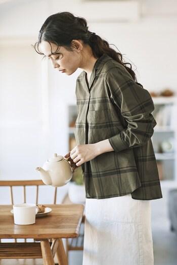 綿シルク素材を使用し、さらりとした質感に仕上げたチェック柄のブラウス。光沢感があり、開襟デザインで大人っぽさをアピールしつつ、カーキカラーでカジュアルさも両立できるのが魅力的。バックにたっぷりのギャザーが入っているので、ふんわりと着こなせます。