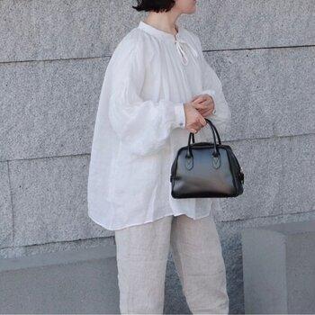 一見シンプルに見える白ブラウスは、綾織りでニュアンス感をアピールしたラミー素材を使用しています。ふんわりと広がるシルエットがフェミニンな印象。前後どちらを前にしてもOKなのも、うれしいポイントです。