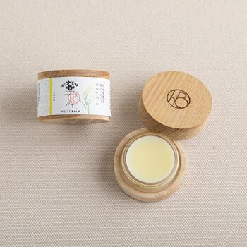 米ぬかエキスとお米のアルコールが配合された、お肌に優しいマルチバームです。伊予柑とゆずの優しい香りを添えてあります。乾燥しがちな指先や髪、唇にも使える便利なバームです。