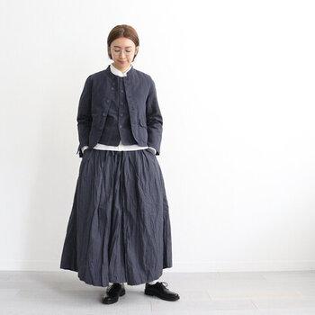 黒のベストとスカートに、白のブラウスを合わせた、モノトーンでクラシカルなスタイリングです。コットンリネン素材のジャケットなら、モードにならずナチュラルな雰囲気で着こなせます。ちょっとしたお出かけにも、デイリーコーデにも大活躍してくれる、大人コーデの完成ですね。