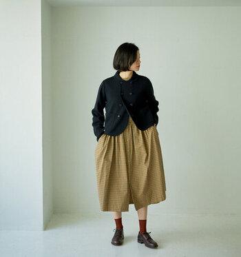 ネイビーの丸襟ジャケットは、かしこまり過ぎたくないときのジャケットコーデにぴったり。ベージュのチェック柄ワンピースに合わせれば、ナチュラルでちょっぴりレトロな着こなしに。赤の靴下とローファーで、クラシカルなテイストに遊び心と抜け感をプラスしています。