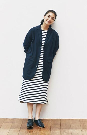 ネイビーのオーバーサイズジャケットを、ボーダー柄のワンピースに合わせたコーディネートです。シンプルな着こなしですが、白×ネイビーで爽やかな印象。あえて素足に合わせることで、カジュアル感強めの大人女子コーデに仕上げています。
