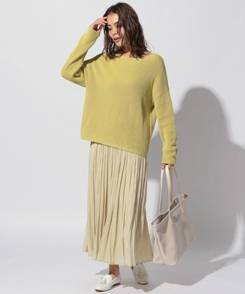 パステルイエローのプリーツスカートに、同じくイエローのトップスを合わせたワントーンコーデです。足元は白のローファーで、大人っぽい印象に。バッグは薄いベージュをチョイスして、イエローの引き立て役に。