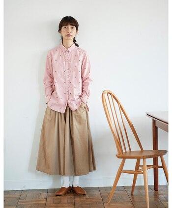 桜餅をモチーフにした、春っぽさ抜群のシャツコーデ。ベージュのスカートから覗く白ソックスが、ほどよくナチュラルなアクセントになっています。足元はブラウンのフラットシューズで、ピンクコーデを甘すぎないテイストでまとめています。