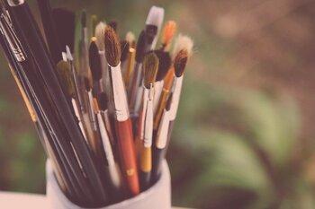 アートは作者の哲学、価値観、芸を感じるものです。最近では絵画展でも精油を使った演出が使われているほど。自宅でアートに触れる時は是非香りを加えてみましょう。香り選び自体も、その人の哲学や価値観を表していくものです。その時間を楽しめそうなもの、アーティスティックだと自分が感じる香りを選んでみましょう。