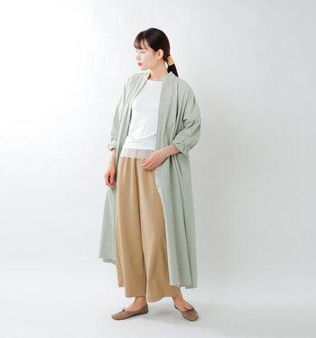 パステルグリーンのシャツワンピースは、羽織りとしても大活躍。白トップスにベージュのワイドパンツを合わせたベーシックなスタイリングも、グリーンのシャツワンピースをサッと羽織るだけで季節感たっぷりのコーディネートにアップデートできちゃいます。
