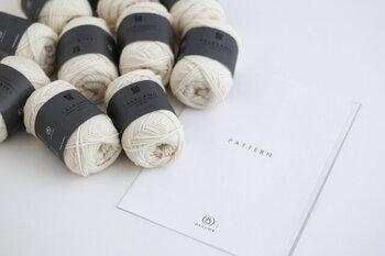 糸と作り方のパターンがセットになっているので、棒針編み中級者さんにおすすめのキットです。ボリューム感たっぷりなハンドメイドのロングマフラーで、おしゃれを楽しみましょう♪