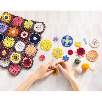 ハンドメイドの定番と言えば、やっぱり編み物は外せません。毛糸と指を使って編んでいくかぎ針編みができると、さまざまな小物などにも応用できます。そんなかぎ針編みを一から学べるのがこちらのキット。