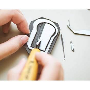 キットの中には、消しゴム・トレーシングペーパー・インクパッド・封筒や手ぬぐいなどが入っています。デザインナイフや彫刻刀は自分で用意する必要がありますが、あとはデザイン通りに消しゴムを彫っていくだけ。時間が過ぎるのも忘れて、夢中で楽しめるハンドメイドキットです。