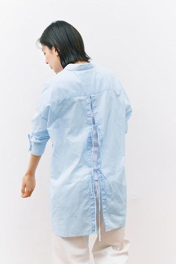 オーソドックスな比翼仕立てのシャツ。と思いきや、後ろから見ると、深めのスリットとリボンが印象的なデザイン。うっすら透け感ある素材なので、インナーとの色の重なりで表情が変わります。やや淡い水色も瑞々しくて、とても爽やかですね。
