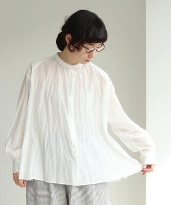 キリッと端正な白シャツも素敵だけど、今年は柔らかさを加えたい。ワッシャー加工が施されたこちらのブラウスは、くしゃっと自然なシワ感がなんとも表情豊か。可憐で繊細で優しくて...自然と優しい気分になれそうです。