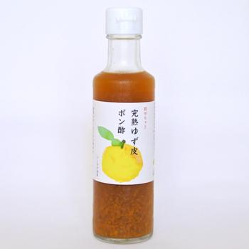 完熟のゆずを使ったポン酢は、果実感溢れるジューシーな味わいです。普段のポン酢の使い方はもちろん、ドレッシングに少し加えたり、すし酢に加えても美味しくいただけます。化学調味料、保存料はもちろん、お出汁も使わずに美味しく作られています。