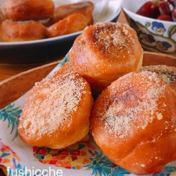 米粉と片栗粉をベースにして作る、グルテンフリーのマラサダのレシピです。メープルシロップで甘みを付け、きび砂糖をまぶした体に優しい甘さが嬉しいですね。