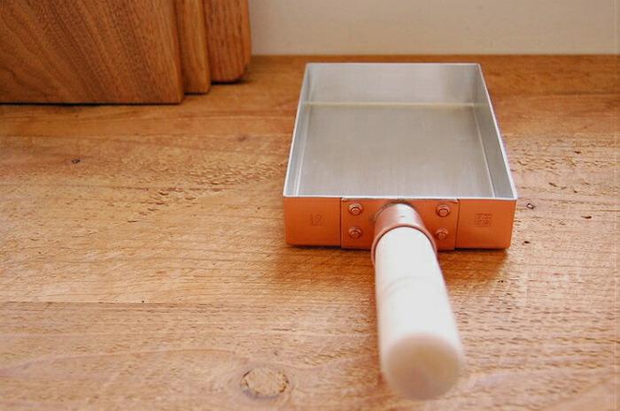 道具として四角形の見た目も美しい純銅製の卵焼き器。銅は熱伝導率が高いため、弱火で卵の味と栄養を保ちながら、ふんわりとした卵焼きを上手に作ることができるんです。