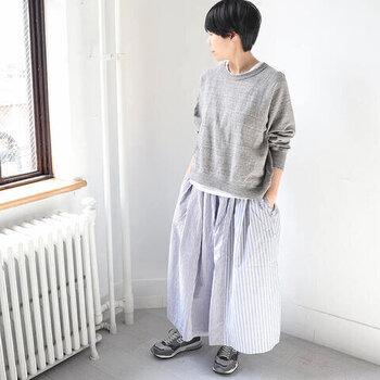 スウェットはスカートとの相性も抜群。ふんわりシルエットのギャザースカートに合わせると優し気な印象に。Tシャツを重ね着して、襟元と裾から白をちょっぴり覗かせるのがポイントです。
