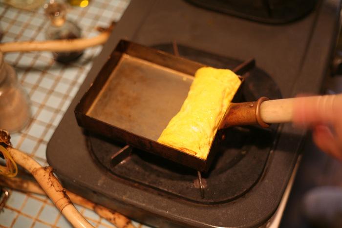 コツは火加減の温度調整、焦がさないように、卵を巻くたび(卵を最初に巻いたあとに空いている部分)にさらしやキッチンペーパーにひたした油を馴染ませること。使うたびに油は馴染んでいくので、徐々に油を馴染ませる手間は省けます。