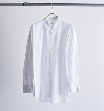 さまざまなアイテムとの組み合わせで、オールシーズン着用できる白いシャツ。さらりと着流したり、羽織ってみたり、重ね着を楽しんだりといろいろな着こなしを楽しめます。