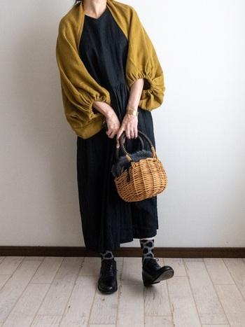 黒のシンプルなワンピースにさらりと羽織ったマスタードのボレロが映える、落ち着きのある大人コーデ。料理上手なママの雰囲気が伝わってきそうです。靴下にそっと遊び心を添えて。