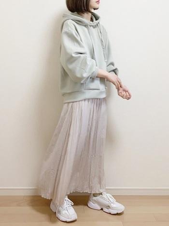 丈が短めのパーカーは、ロングスカートとの相性抜群。ワッシャー素材のプリーツスカートで春らしい軽やかさを演出。