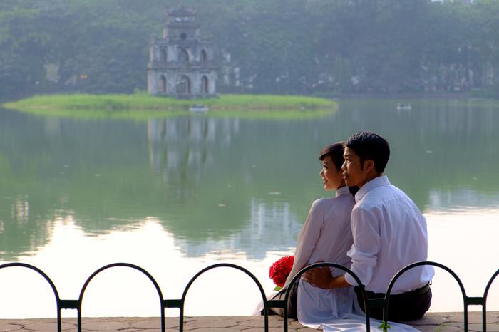 A.日本の着物と一緒で、結婚式やイベントなどでは着用することがあっても、アオザイを普段着として生活している方は少ないそう。航空会社やホテルなどの観光スポットでは制服として利用されているので、ベトナム旅行に行くと、目にすることができるかもしれません。