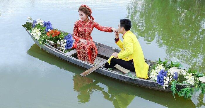 A.男性がアオザイを着ているイメージがないためか、「アオザイ=女性」の印象が強いですが、男性用のアオザイもありますよ。しかし、結婚式や舞台などでしか着ないので、ベトナムで男性がアオザイを着ているのを見かけることはほとんどありません。