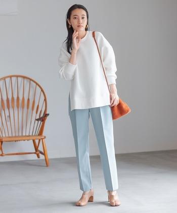 ダンボール素材の白のスウェットは清潔感があり、キレイ目コーデにぴったりです。合わせるアイテムによってはオフィスにOKなことも。