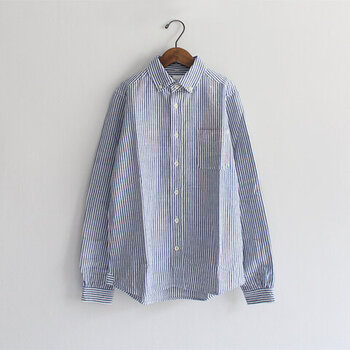 メンズライクなストライプのシャツ。ストライプの幅やシャツの素材によっても印象が変わりますが、爽やかで清潔感ある着こなしにマッチします。