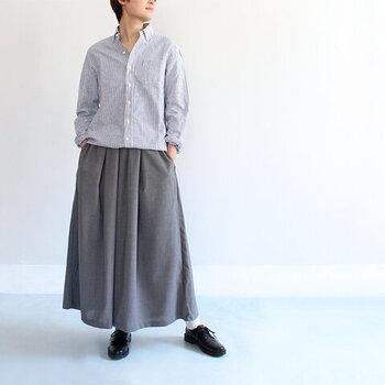 ロングのギャザースカートと合わせると、落ち着いた大人女性向けのコーデに。シャツはスカートにインしつつも、ウエスト部分にふんわりとたるみを持たせると、リラックス感が生まれます。