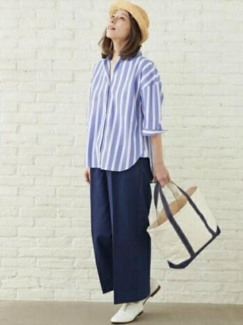 太めのラインのストライプシャツは、休日コーデにぴったり。ワイドパンツ&フラットシューズを合わせて、リラックス感ある着こなしに。