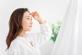 そして、気持ち良い朝の空気を感じながら、窓際やベランダで、朝日を浴びましょう。  「太陽の紫外線が気になる」と思われるかもしれませんが、紫外線を浴びると体内でビタミンDが生成されるなど、多少は必要なもの。また、体が太陽光を受けると、幸せホルモンと呼ばれる「セロトニン」が脳内で分泌され、リラックスしやくなりますよ。また、頭の回転をよくする効果も。仕事前の朝時間にぴったりですね。  セロトニンによって血圧や代謝も高まり、体は活動状態に。体と心が、1日の始まりをしっかりと認識してくれますよ。