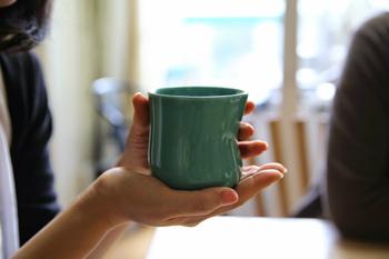 白湯を飲むことで体が温まり、胃腸の働きがよくすることができます。また、内臓の温度が1度上がると、基礎代謝も約10%アップ。痩せやすい体づくりをサポートしてくれますよ。  また、人は寝ている間に、コップ1杯の水分を失っているといわれています。乾いた体への水分補給にもぴったりです。