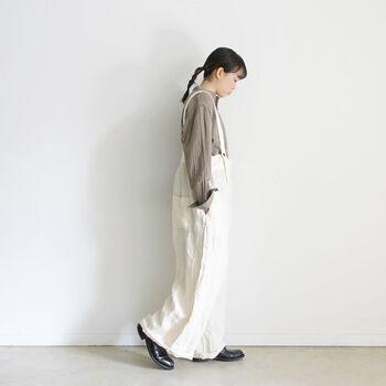オーバーサイズ気味なシャツとサロペットのカジュアルコーデ。ベージュと白の組み合わせが女性らしく、柔らかい雰囲気にまとまっています。