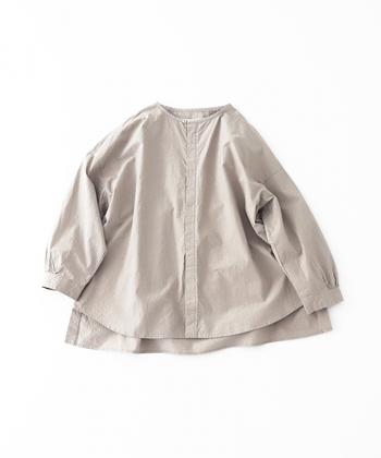 ベージュは、飾らず、自然体でいたい時に寄り添ってくれる色。こちらのコットンブロード生地のブラウスは、ナチュラルな色合いも相まって、リラックス感たっぷり。フロントは比翼仕立てですっきりとしたデザインなので、ジャケットのように羽織って着るものおすすめです。ベージュの他に、ダークネイビーも展開していますが、こちらもカジュアルスタイルに合わせやすくて重宝しそうです。