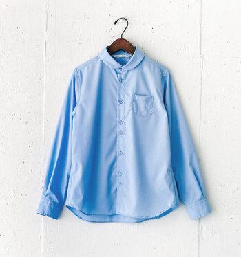 今シーズンの注目カラーの1つでもあるスカイブルー。水色よりもやや濃いめで、気持ちをすっきり明るくしてくれそう。小さめのラウンドカラー、メンズライクな仕立て、ランダムに配置されたボタン、小ぶりなポケットなど、こだわりたっぷりのシャツ。端正なデザインなので、1枚で着て、十分にきちんと感を与えてくれる優れものです。