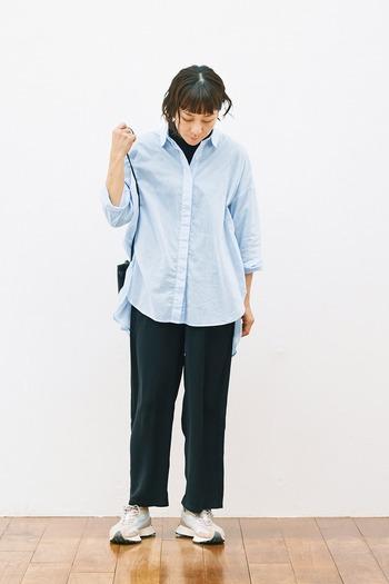 オールブラックコーデに水色シャツを重ねて。白を重ねるよりも爽やかで、知的さも滲ませる素敵な着こなし方です。