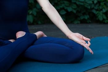 マインドフルネス瞑想で、自分の感情をコントロールし、集中力を高める時間を* あるいは雑念を取り払う方法として、ヨガもおすすめです。  1日の時間をコントロールする側にいるのは、「自分自身」であるべきです。忙しくても、決して1日の時間に振り回されることのない、冷静さを保てる術を身につけましょう。