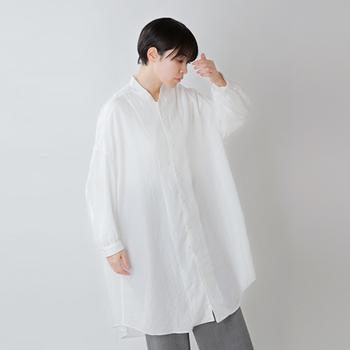 襟元のリブのようなデザインが特徴的なロングシャツ。ユニセックスなデザインで、広がりすぎずストンとしたシルエットが魅力。パンツに合わせたり、スカートやワンピースに重ねたり...着こなし方は思い思いに。アレンジの幅も広く、きっと頼れる存在になってくれるはず。
