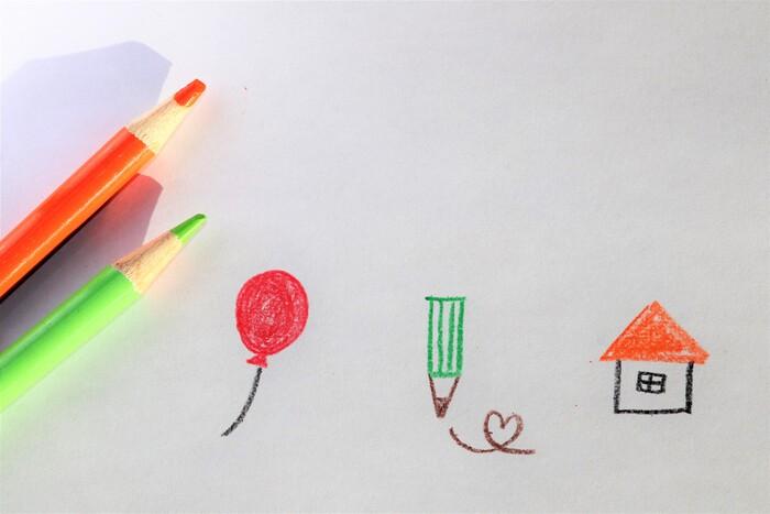 単体の〇、△、□が可愛く描けるようになったら、次の段階のお手本へ。これらを複合的に使えば、もっといろいろなものを描けるようになります。  丸と三角をくっつけて風船。四角と三角をくっつけて鉛筆。三角と四角をくっつけておうち。簡単なイラストですが、メモに描き加えるだけで、ちょっと楽しい気持ちを添えられます。