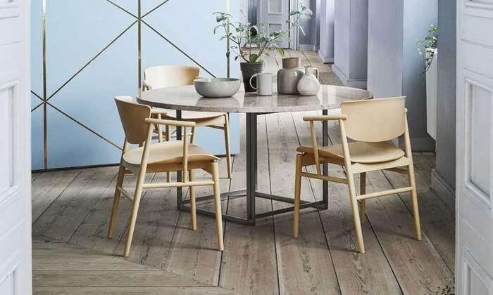 アーム付きの椅子でありながらすっきりとしたデザインなので、ダイニングに椅子を何客か置いても圧迫感を感じさせません。また、座面と背もたれ以外は全て細い木で組み合わされているため、横から見てもシンプルですっきりと見えます。ですので、居住スペースに限りがある日本の家でも、ストレスなく使うことができます。