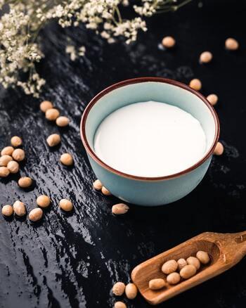 「植物性ミルク」と聞いてパッと思い浮かぶのは、やはり豆乳ですよね。スーパーでも購入できるので、気軽に飲み続けられるのがうれしいポイント。  良質なタンパク質と炭水化物をたっぷりと含んでいる栄養価は牛乳と似ているため、ファーストステップとして取り入れるにはベストな選択と言えるでしょう。体内での分解&吸収に時間がかかり腹持ちもいいため、ダイエット中の方にも◎