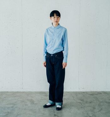 ブルーのシャツにブルージーンズ。ジーンズの折り返し部分とシャツの色がシンクロして、綺麗にまとまっています。首元まできちんとボタンを留めた着こなしも好感度大。何も飾らなくても、このままで十分かわいいと思わせるカジュアルコーデの完成です。
