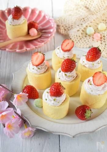 市販のロールケーキにいちごとクリームで飾りつけする簡単デザート。生クリームにいちごジャムを混ぜてほんのりピンク色にするとかわいいですよ。最後にクリームといちごを乗せるのはお子さんの出番♪