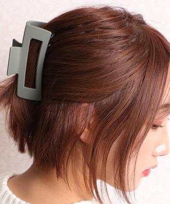 短めヘアのバレッタアレンジはデザイン性の高いものを選ぶとおしゃれな雰囲気になります。