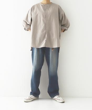 ベージュのブラウスに、程よく色落ちしたジーンズを合わせて。白いブラウスよりもこなれていて、リラックス感あるスタイル。袖をくるっと折り返したラフな着こなし方も素敵です。