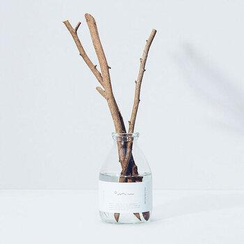 三重県にある大台町の森林組合によって作られているリードディフューザー。合成香料が使われることが多い中、天然精油にこだわり、スティックも手作業で切り取った枝を使用。枝の種類も選ぶことができます。日本ならではの香りで清潔感を感じながら、気持ちの切り替えをすることができます。